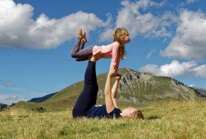 Keolan Yoga acroyoga parent enfant  activite les gets 300x203 - Vos enfants les ont bien mérité … ces vacances ! #2 - Hopika - Le guide des sorties eco-friendly sur les 2 Savoie et aux alentours